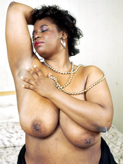 naked ebony mom exposes her honey and..